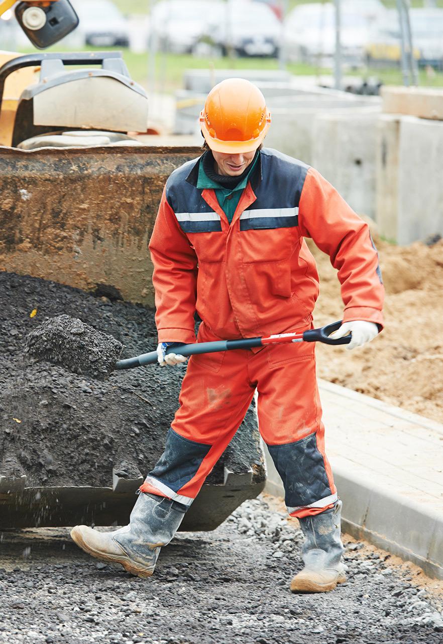 Wegwerker met asfalt schep